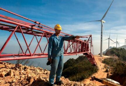 价值百万风力发电叶片,被河南村民当跷跷板:一片上站20多人
