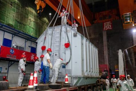 白鹤滩水电站左岸首批550千伏升压变压器成功转运