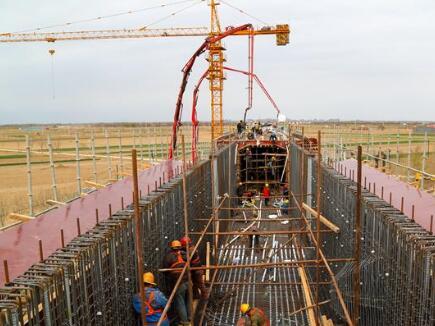 黄大铁路跨辛霞线连续梁2号梁段完成浇筑