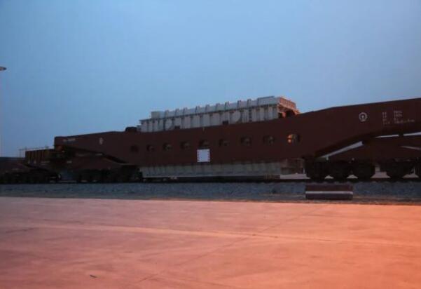 青海-河南±800千伏特高压千伏变压器搭乘专列运抵双寨
