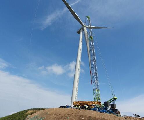 华能郴州北湖区风电场首台风机吊装就位