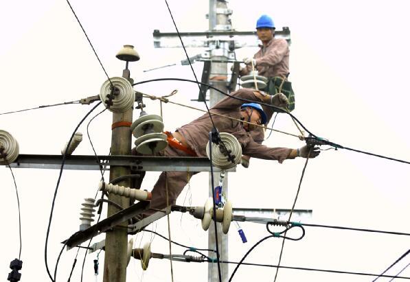 """国网福安市供电公司:老旧线路改道换线 让线路末端居民用上""""放心电"""""""