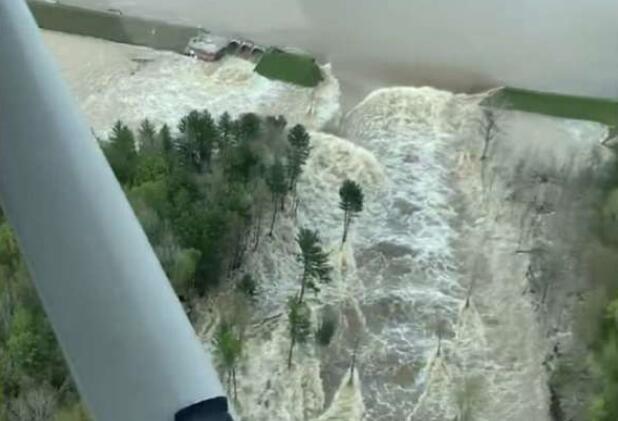 密歇根州两大坝决堤,上万人在洪水中撤离