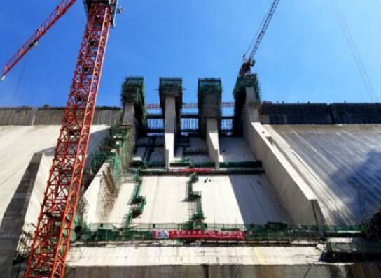 赞比亚下凯富峡水电站大坝溢流面常态混凝土施工完成