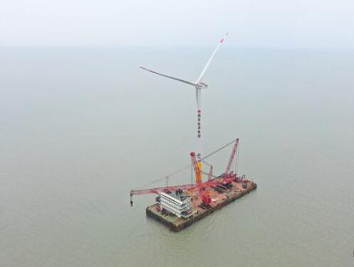 国华投资东台五期海上风电项目首台风机吊装成功