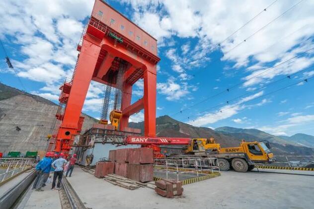 白鹤滩水电站泄洪洞门机具备投运条件