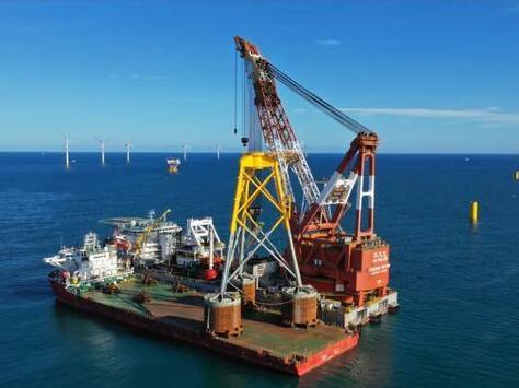 """国内首台20层楼高的吸力筒导管架风机""""安家""""三峡阳江海上风电场"""