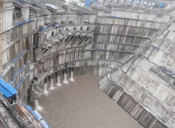 白鹤滩工程成功经受洪峰考验