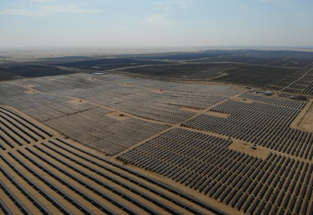全国最大沙漠集中式光伏发电基地在库布其沙漠建成