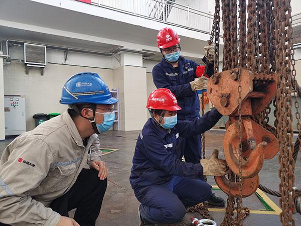 大唐海勃湾水利枢纽公司2号机组流道盖板成功吊出