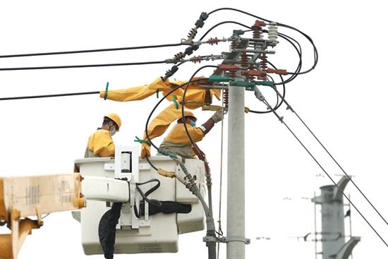 国网山东寿光供电:顶烈日带电消缺 助企业夏峰用电