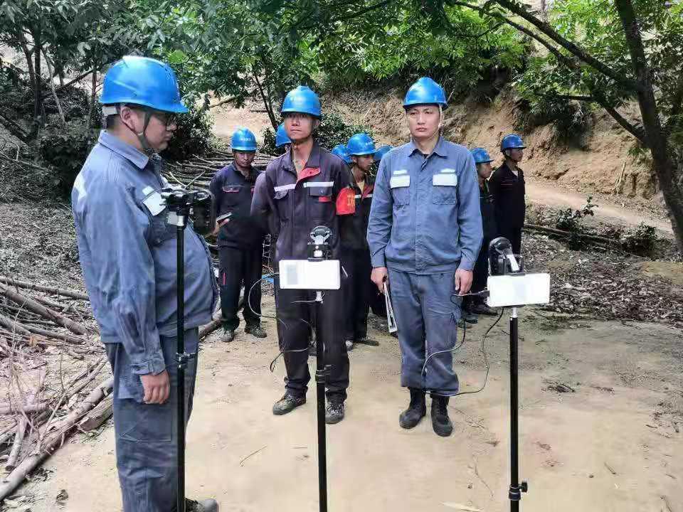临沧云县供电局配电管理三所开展隐患整改,切实保障用户用电安全