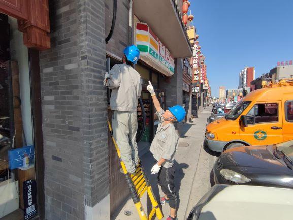 包头新都市区供电分局37℃高温下持续抢修恢复商户用电