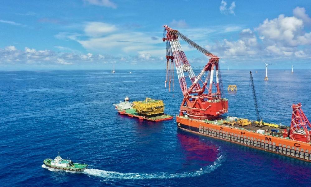 国内离岸最远海上升压站上部组块吊装就位