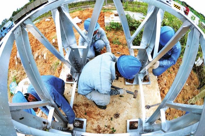 -->  珠海供电局工作人员正在对线路进行高温检修,为防风做好准备。(莫少豪摄)  工作人员正在对电塔底部进行加固。(黎凯燕摄)   近期,广东电网公司通过了《湛江保底电网规划建设方案》。广东电网公司将以湛江为试点,进行保底电网的规划建设。根据方案,试点建设完成后,湛江地区的保底线路基本风速重现期将由30年提高至50年,基本风速值将由32.