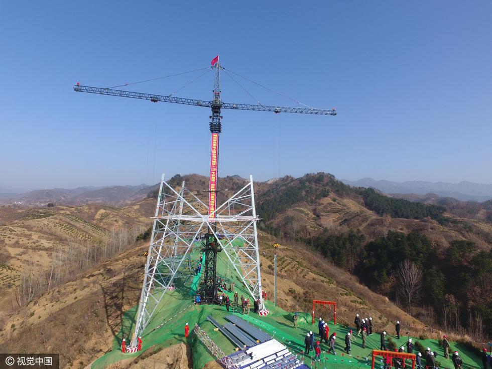 千伏特高压直流输电工程跨越秦岭首基铁塔在陜西省商南县境内开始组立