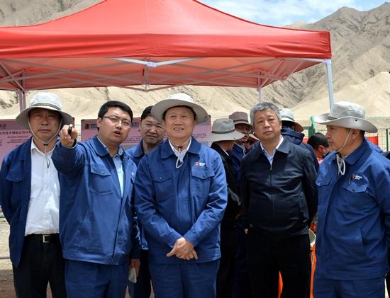 在格尔木夏日哈木镍钴矿,王炳华实地查看了现场临时营地,首采区,0号