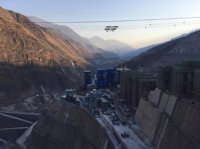 白鹤滩水电站主坝区域正在前期施工中 王轶辰摄