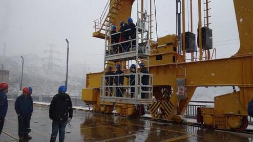 刘家峡水电厂新机组工作门槽检修吊篮正式投入运行